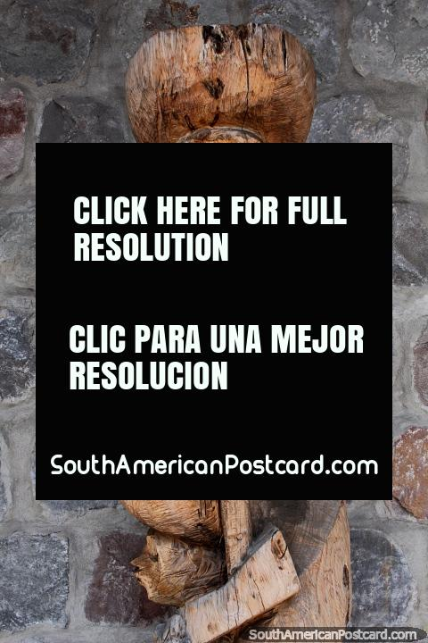 ¿Flautista de Hamelín? Figura interesante tallada en madera en San Antonio, Ibarra. (480x720px). Ecuador, Sudamerica.