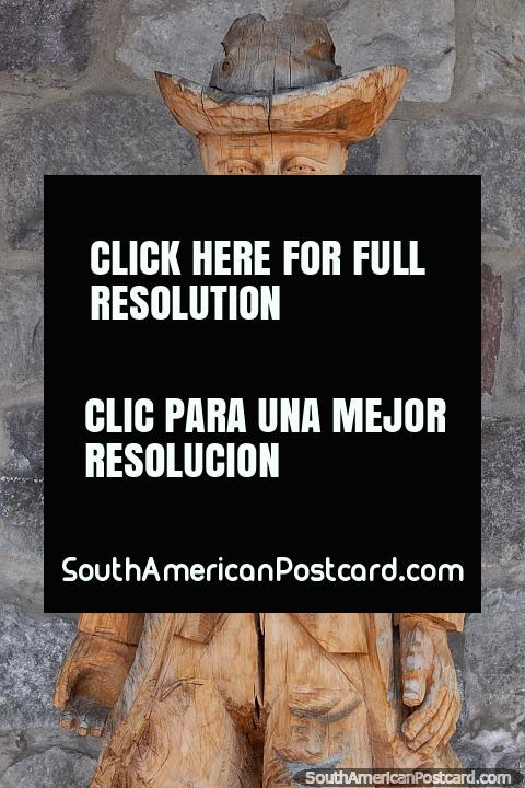 Hombre con sombrero vaquero, escultura en madera de Ibarra. (480x720px). Ecuador, Sudamerica.