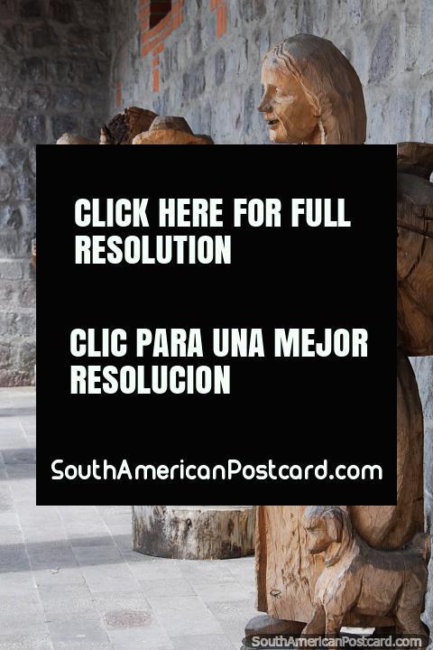 Serie de tallas de madera de tamaño natural fuera del centro cultural de Ibarra. (480x720px). Ecuador, Sudamerica.