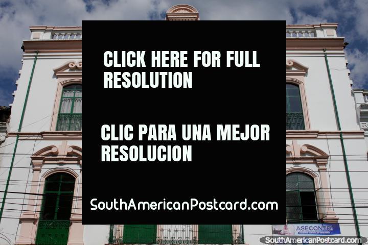 Edificio histórico de 1919 en Ibarra, ventanas arqueadas y colores pálidos. (720x480px). Ecuador, Sudamerica.