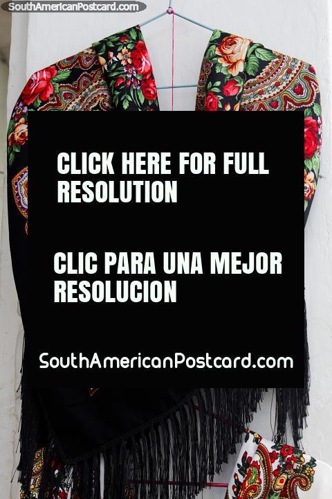 Mantón para mujer con rosas rojas y bonito diseño en una tienda en Ibarra. (480x720px). Ecuador, Sudamerica.