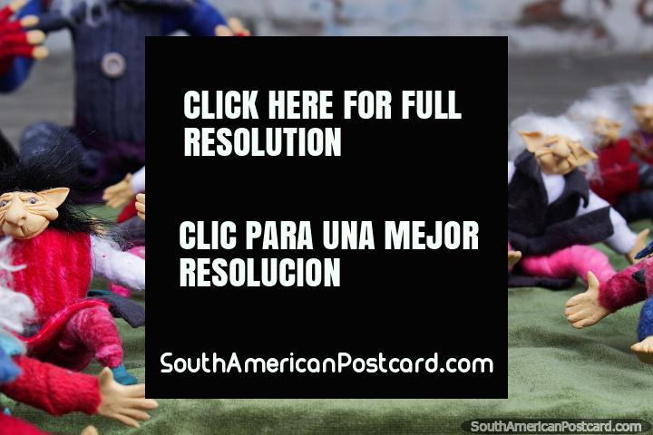 Pequeños elfos con sombreros y ropa colorida en Ibarra, artesanía. (720x480px). Ecuador, Sudamerica.