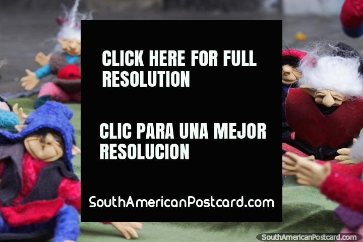 Grupo de elfos criados por um artista em Ibarra, para venda na rua. (720x480px). Equador, América do Sul.