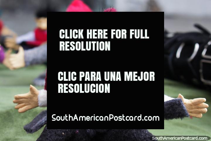Elfos vistiendo ropa digna de un esquimal, artesanía y manualidades en Ibarra. (720x480px). Ecuador, Sudamerica.