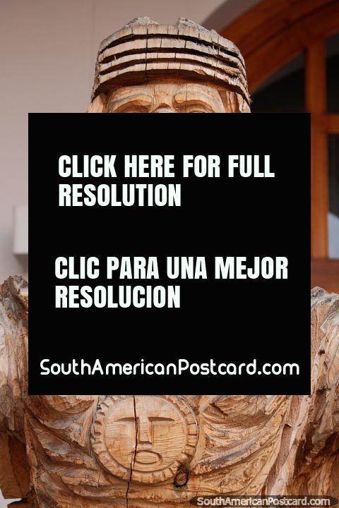 A madeira que esculpe criou 6 km de Ibarra em San Antonio, homem no uniforme. (480x720px). Equador, América do Sul.