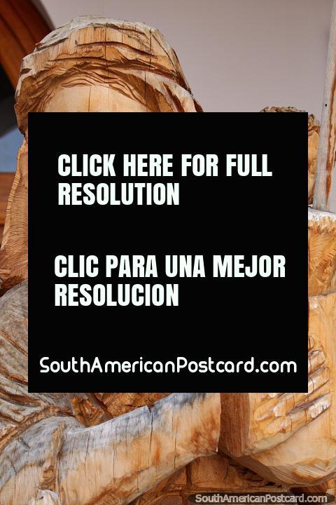 Uma mulher e criança esculpida em madeira, feita em San Antonio, uma aldeia perto de Ibarra. (480x720px). Equador, América do Sul.