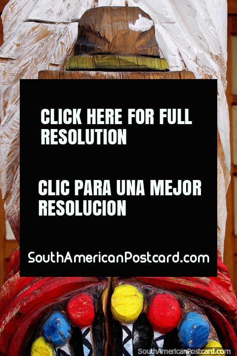 O único entalho de madeira que vi em Ibarra que se tinha pintado, mulher indïgena com o chapéu. (480x720px). Equador, América do Sul.