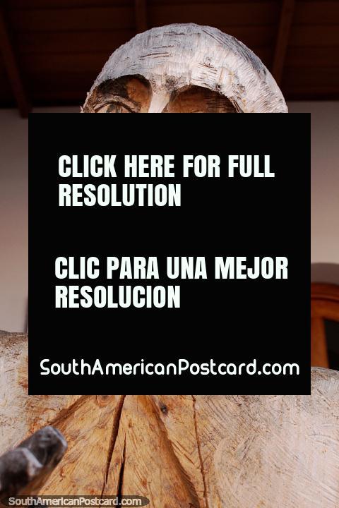 Una figura de aspecto distinguido tallada en madera en San Antonio, Ibarra. (480x720px). Ecuador, Sudamerica.