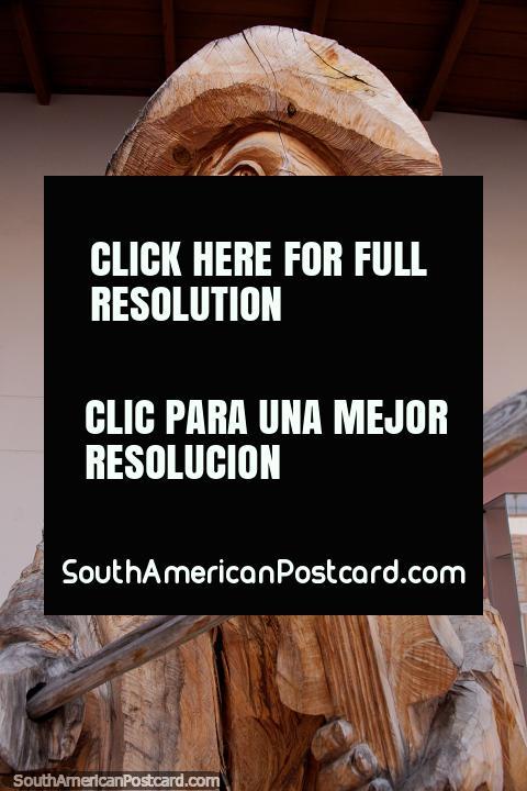 Violinista músico tallado magníficamente en madera en exhibición en Ibarra. (480x720px). Ecuador, Sudamerica.