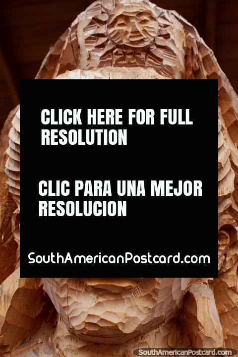 Detalles en el rostro de una mujer tallada en madera, la tradición de San Antonio, Ibarra. (480x720px). Ecuador, Sudamerica.