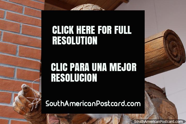 Homem militar com arma criada em San Antonio de madeira, exposta em Ibarra. (720x480px). Equador, América do Sul.