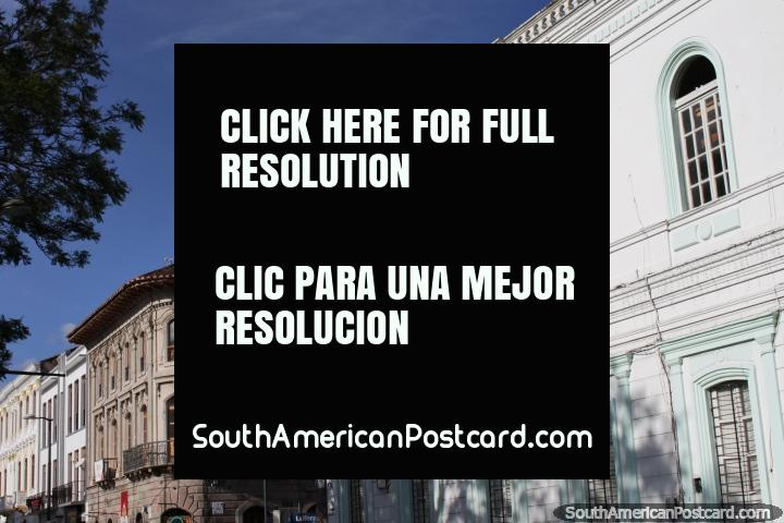 Prédios históricos bem conservados ao lado do Parque Pedro Moncayo, em Ibarra. (720x480px). Equador, América do Sul.