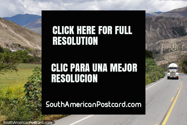 Camino a través de las montañas hacia la costa a San Lorenzo desde Ibarra. (720x480px). Ecuador, Sudamerica.