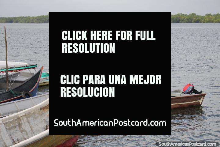 Canoa de madeira cheia de crianças no porto em San Lorenzo. (720x480px). Equador, América do Sul.