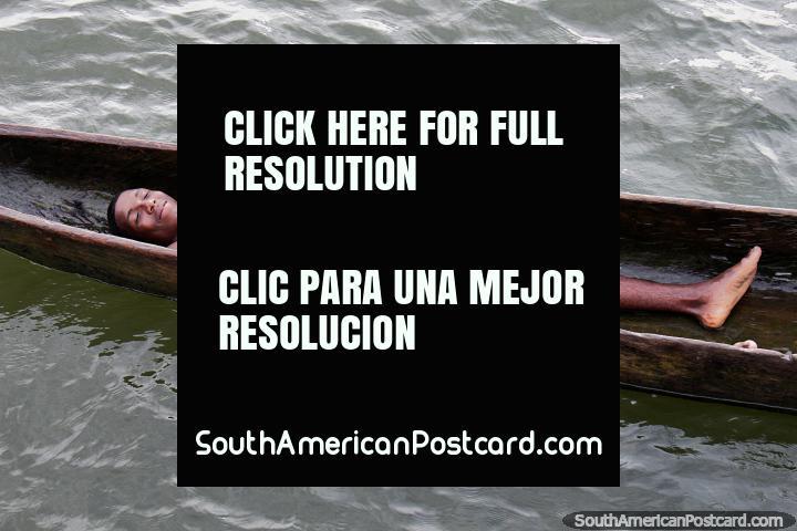 Diversión para los jóvenes en el puerto de San Lorenzo, joven en una canoa. (720x480px). Ecuador, Sudamerica.