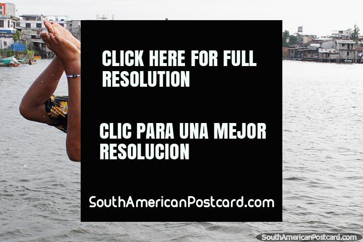 O jovem voa na água depois de saltar do cais em San Lorenzo. (720x480px). Equador, América do Sul.