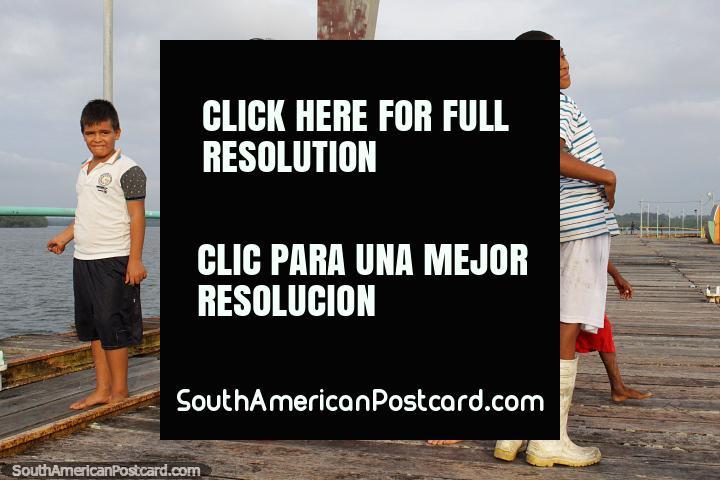 Niños locales de San Lorenzo posando para la cámara, diversión en el puerto y el muelle. (720x480px). Ecuador, Sudamerica.
