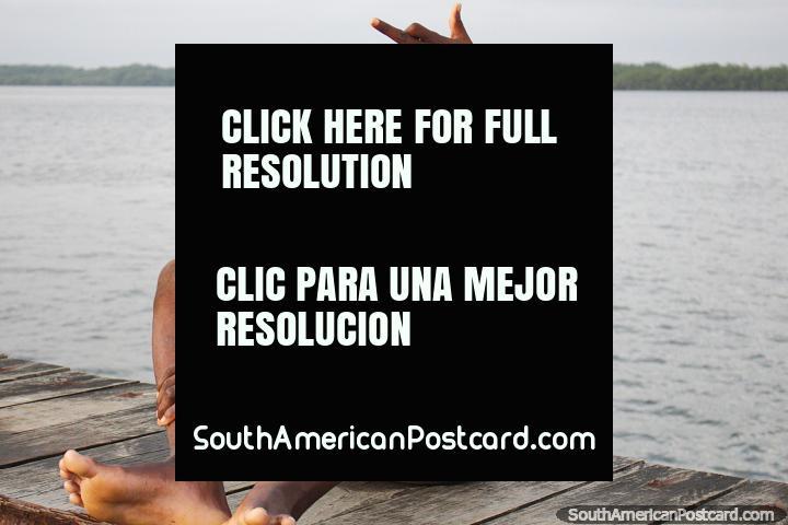Jovens felizes e dão as boas-vindas no cais e porto em San Lorenzo. (720x480px). Equador, América do Sul.