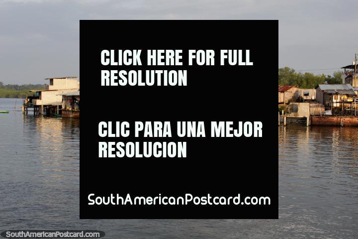 Atardecer en el puerto sobre las casas de madera y chozas en San Lorenzo. (720x480px). Ecuador, Sudamerica.