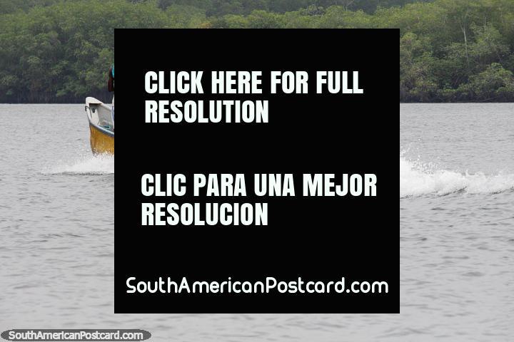 Un bote lleno de gente en las aguas frente a la costa de San Lorenzo. (720x480px). Ecuador, Sudamerica.