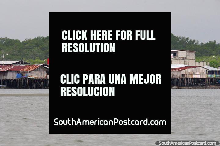 Comunidad con casas sobre pilotes junto al agua frente a la costa de San Lorenzo. (720x480px). Ecuador, Sudamerica.