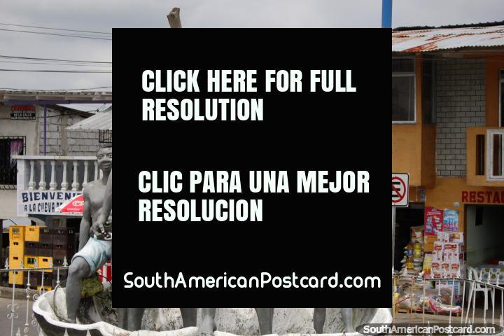 Familia de 4 personas, monumento en el puerto de San Lorenzo. (720x480px). Ecuador, Sudamerica.