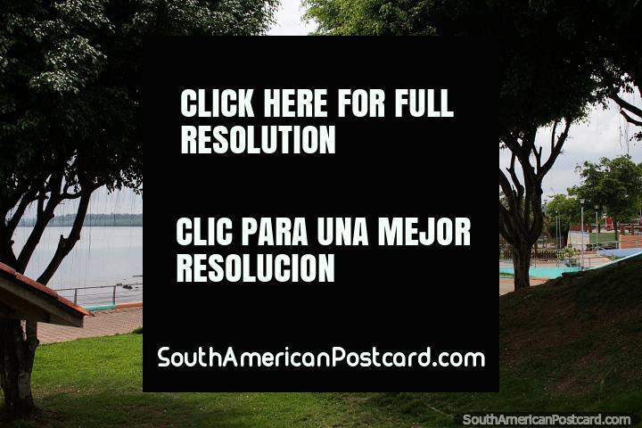 Do parque no porto que olha em direção a mangues distantes em San Lorenzo. (720x480px). Equador, América do Sul.