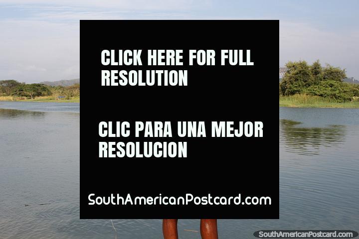 Amistoso chico local de Esmeraldas posa junto al río. (720x480px). Ecuador, Sudamerica.