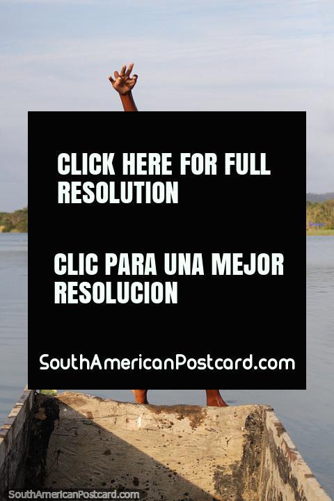 El segundo hermano mayor agita antes de saltar al Río Esmeraldas. (480x720px). Ecuador, Sudamerica.
