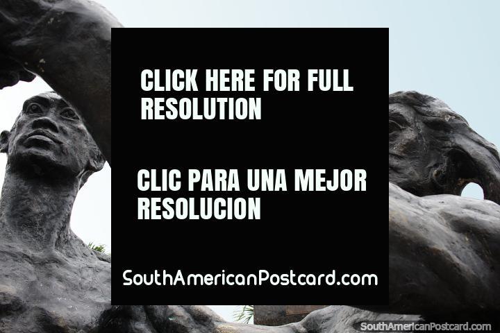 Monumento de bronce de una mujer y un hombre y una estatua distante en Esmeraldas. (720x480px). Ecuador, Sudamerica.