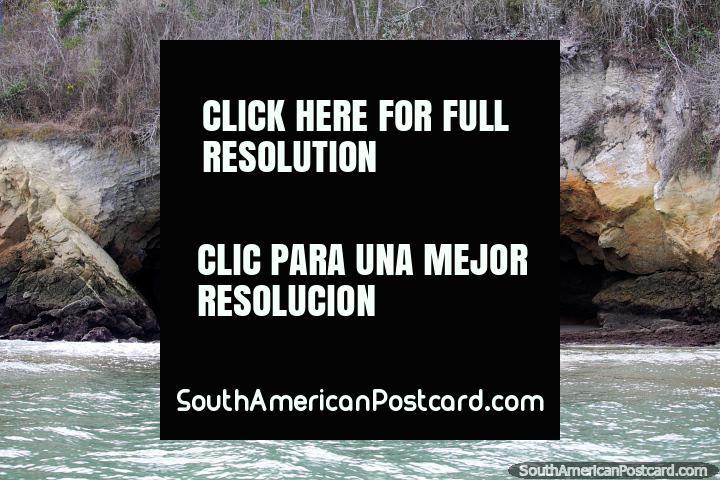 A rocha cava junto do mar perto da Ilha de Pássaro da costa da praia de Atacames. (720x480px). Equador, América do Sul.