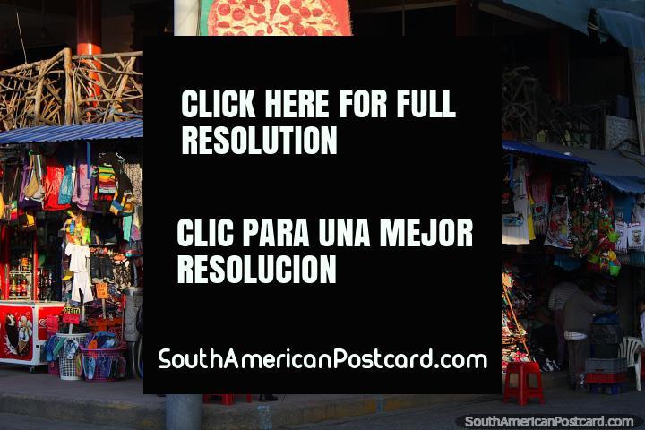 Tienda de playa con ropa, bolsos, pelotas, sombreros y sandalias en Atacames. (720x480px). Ecuador, Sudamerica.