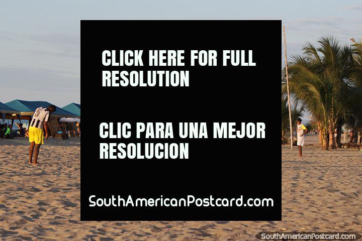 Arremesso de futebol e voleibol na areia, os jovens que jogam em praia de Atacames. (720x480px). Equador, América do Sul.
