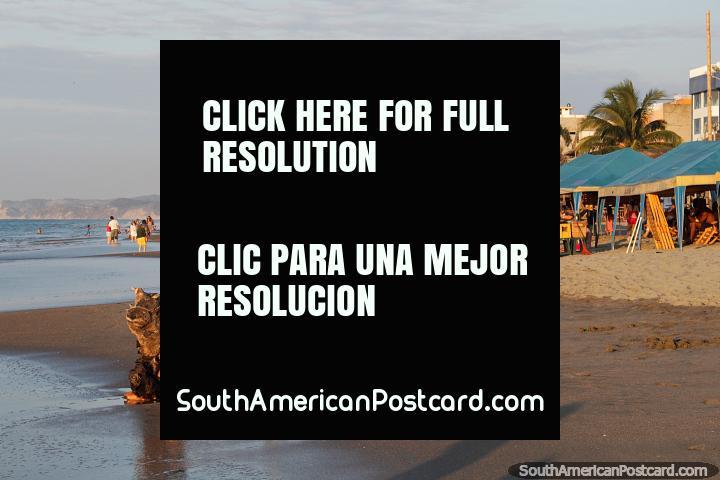 Começo da hora de ouro em Praia Atacames, onde tudo que resplandece voltas ao ouro. (720x480px). Equador, América do Sul.