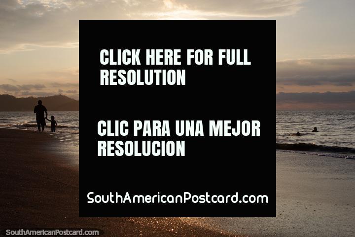 As praias só são praias quando o sol brilha, ocaso em Atacames. (720x480px). Equador, América do Sul.
