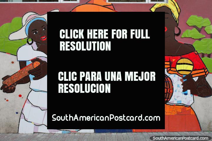 3 mulheres que tocam música, um mural feito de telhas em Atacames, cores bonitas. (720x480px). Equador, América do Sul.