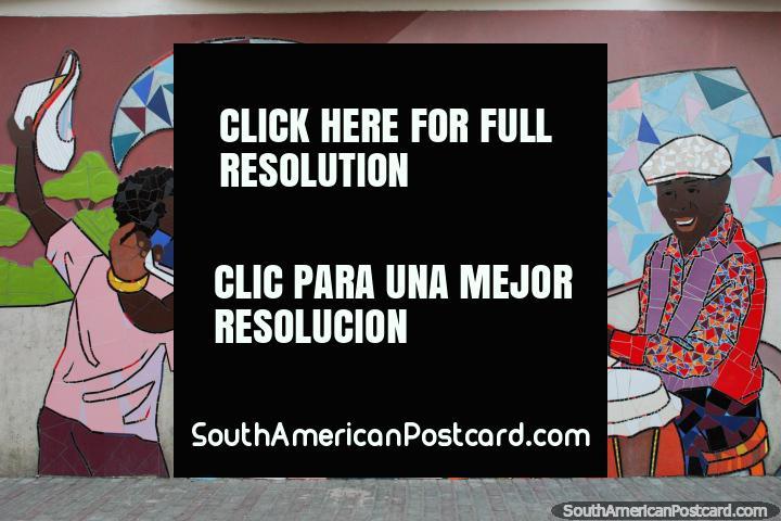 El hombre toca congas, una mujer y hombre bailan, un impresionante mural de azulejos en Atacames. (720x480px). Ecuador, Sudamerica.