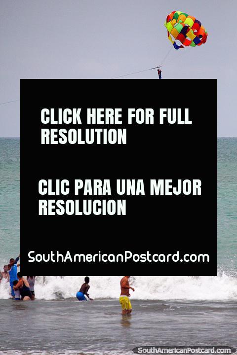 Parasailing en la playa de Atacames, llegando a aterrizar en la plataforma, no es fácil. (480x720px). Ecuador, Sudamerica.