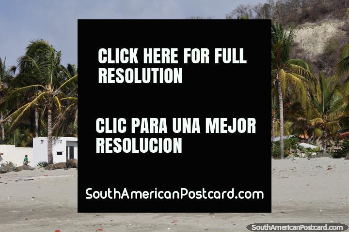 Gran casa blanca con 2 apartamentos separados en diferentes niveles en la playa de El Matal. (720x480px). Ecuador, Sudamerica.