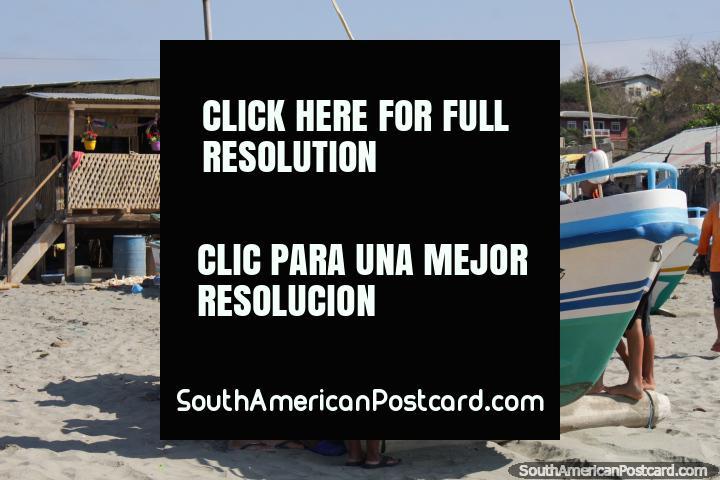 A comunidade de pesca inspeciona o proveito do dia na praia em El Matal. (720x480px). Equador, América do Sul.