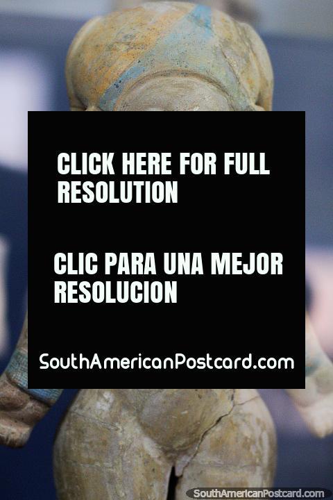 Figura cerâmico antigo descoberto no estado de Manabi, em monitor no museu em Jama. (480x720px). Equador, América do Sul.