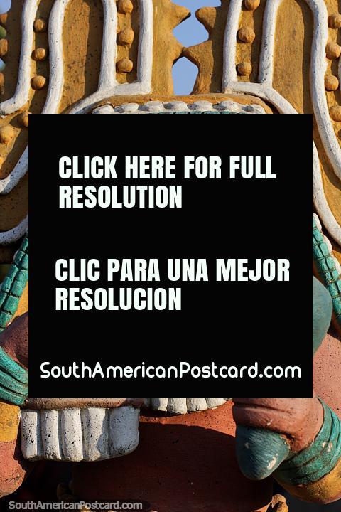 Músico, toca percusión, trabajo de cerámica en el parque central de Jama. (480x720px). Ecuador, Sudamerica.