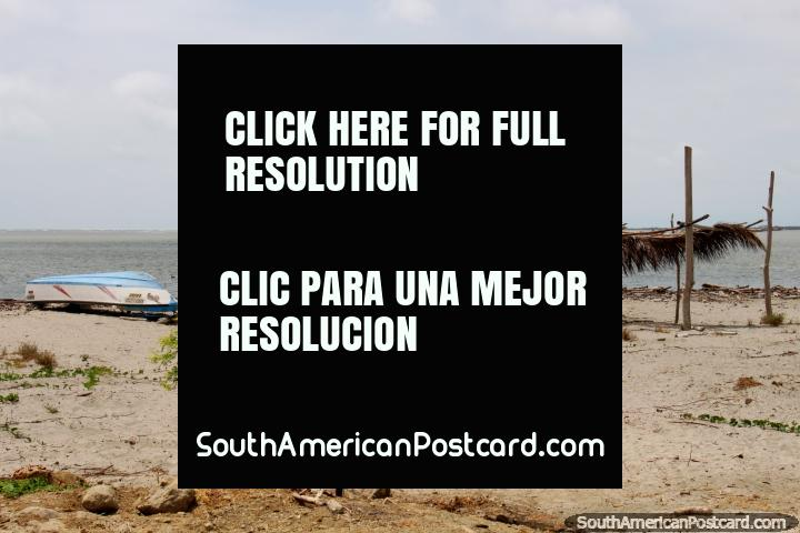 Cena pitoresca na praia em San Vicente, na costa ao sul de Canoa. (720x480px). Equador, América do Sul.