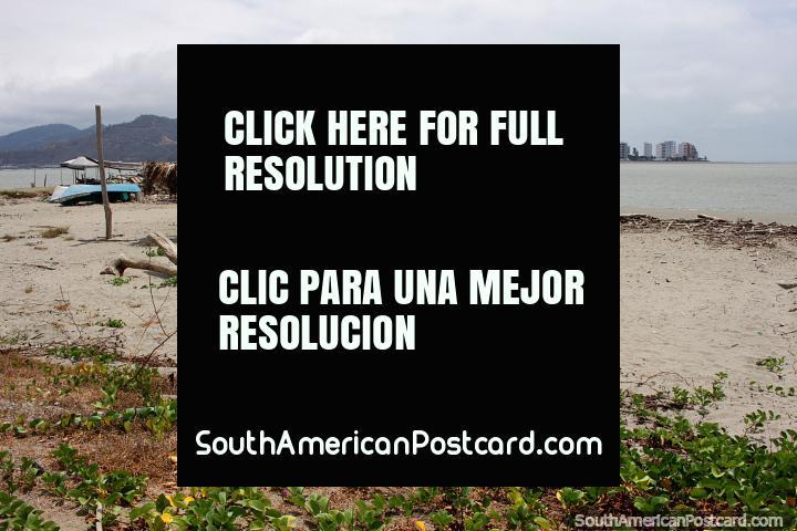 Praia de San Vicente que olha através da água a Caraquez a Baïa (Bahia de Caraquez). (720x480px). Equador, América do Sul.