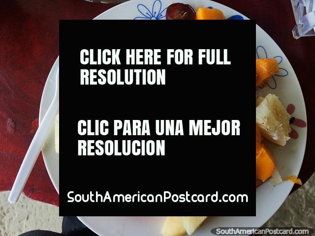 Ensalada de frutas en Canoa con banano, papaya, sandía, uvas, piña, muesli y yogurt, ¡delicioso! (640x480px). Ecuador, Sudamerica.