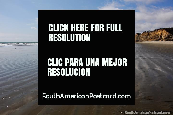 Rocas en los acantilados de Canoa brillando de color rojo, la playa está desierta. (720x480px). Ecuador, Sudamerica.