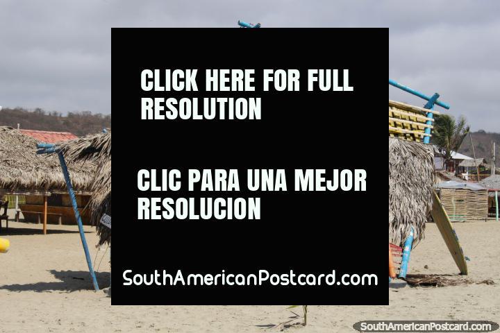 Lições fazem surfe em Canoa, venha a esta cabana coberta com palha na praia. (720x480px). Equador, América do Sul.