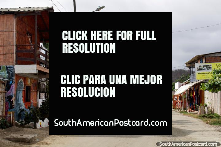 Hostales y tiendas de playa en Canoa en una calle cerca de la playa. (720x480px). Ecuador, Sudamerica.