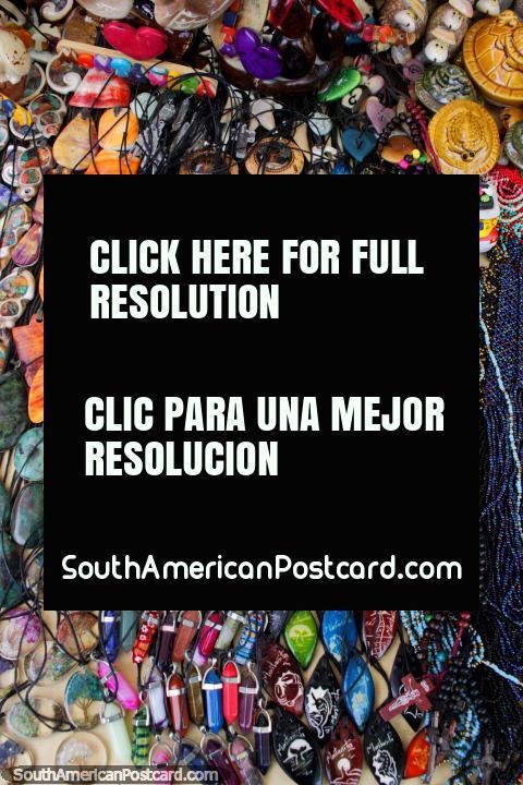 Pendentes e colares com pedras coloridas, lembranças em Montanita. (480x720px). Equador, América do Sul.