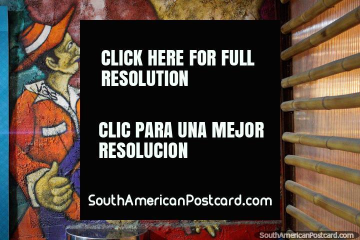Homem em terno cor de laranja com saxofone purpúreo, homem em terno azul com violão vermelho, mural em Montanita. (720x480px). Equador, América do Sul.